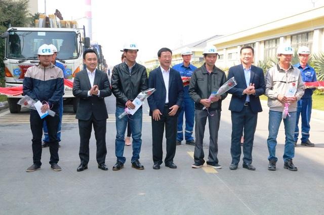 Lãnh đạo Tập đoàn INDEVCO và Nhà máy kính CFG Ninh Bình tặng hoa, quà chúc các lái xe đưa những sản phẩm kính Hạ Long CFG đến tay người tiêu dùng an toàn.