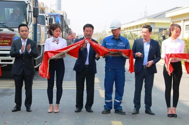Ông Đỗ Thành Trung – Chủ tịch HĐQT, Tổng Giám đốc Tập đoàn INDEVCO; ông Đỗ Tuấn Việt - Giám đốc Nhà máy kính CFG Ninh Bình; lãnh đạo Nhà máy kính nổi Chu Lai (Quảng Nam) cắt băng xuất những sản phẩm kính Hạ Long CFG đầu tiên cung ứng ra thị trường.