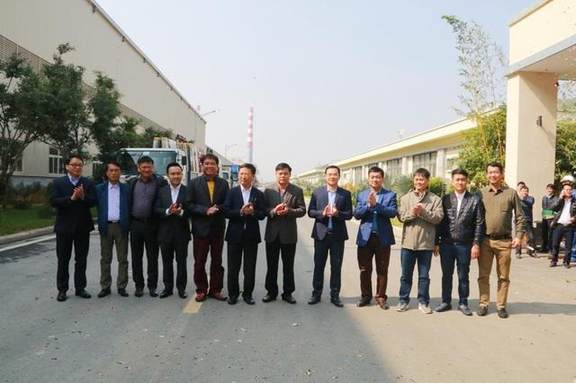 Những khách hàng đầu tiên lựa chọn sản phẩm kính Hạ Long CFG trong lễ xuất xưởng những sản phẩm kính đầu tiên.