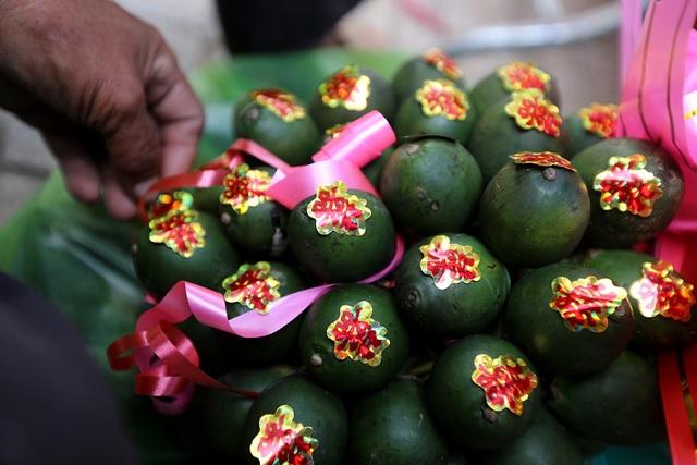 Những buồng cau trái to, đẹp được dán chữ hỷ để phục vụ đám cưới hỏi.