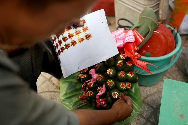 Tiểu thương sau khi lấy hàng thương phân loại cau thành 2 loại, trái đẹp được cắt tỉa thành buồng còn trái xấu được xé lẻ ra để bán.