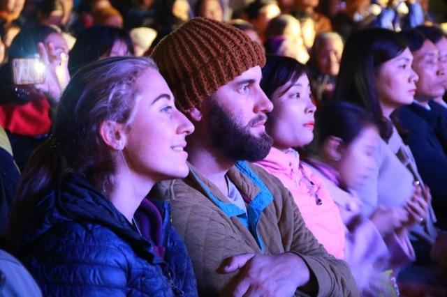 Hàng nghìn người dân, du khách đến dự đêm hội, thả hoa đăng mừng năm mới tại khu du lịch Tam Cốc - Bích Động.