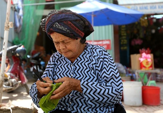 Trước đây, chợ có hàng trăm hộ kinh doanh. Sau này, ít người ăn trầu nên nhiều người nghỉ đi làm nghề khác. Bà Sáu Lên (83 tuổi) là 1 trong những người đã gắn bó từ khi chợ mới hình thành tới nay.