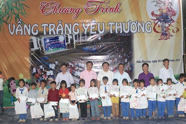 Dịp này CLB liên quân báo chí Nghệ An phối hợp cùng các tổ chức, nhà hảo tâm, cá nhân, công ty... trên cả nước trao 700 suất quà trị giá gần 300 triệu đồng đến các em học sinh, người dân xã Hữu Khuông.