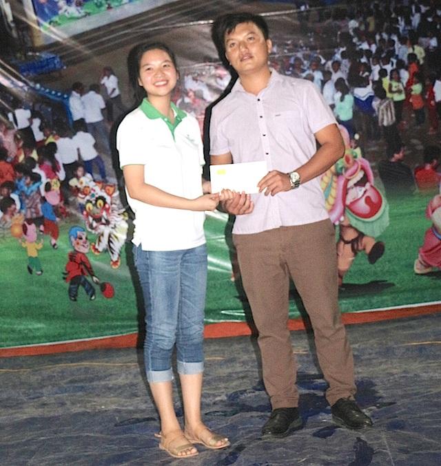 Đại diện BV quốc tế Vinh trao quà cho đại diện trường học.