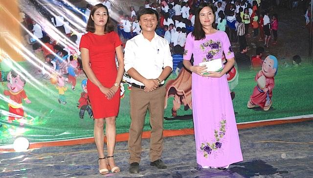 Đại diện Công ty mía đường Nghệ An trao quà cho đại diện nhà trường.