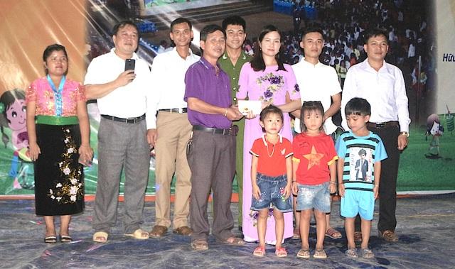 Ông Vi Tân Hợi - Phó chủ tịch HĐND huyện Tương Dương trao quà của nhóm thanh niên đến các em học sinh nghèo xã Hữu Khuông.