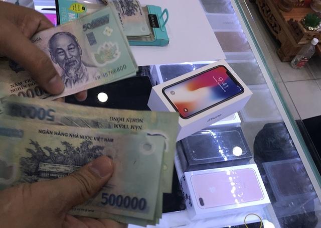 Bất chấp giá cao người dùng Việt vẫn không ngần ngại móc hầu bao để chi mua iPhone X