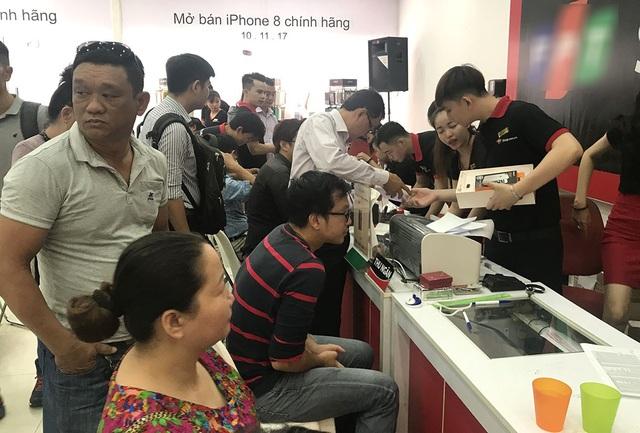 Vào sáng nay, tại các hệ thống bán lẻ lớn được nhập khẩu trực tiếp iPhone tại Việt Nam là FPT Shop và Thế giới Di động đã chính thức mở bán iPhone 8 và 8 Plus chính hãng. Ghi nhận tại một số điểm bán tại quận 1, TPHCM của FPT Shop, lượng người quan tâm đến sản phẩm này đã khá đông đảo vào sáng nay. Người người đến nhận hàng đã đặt hàng trước đó.
