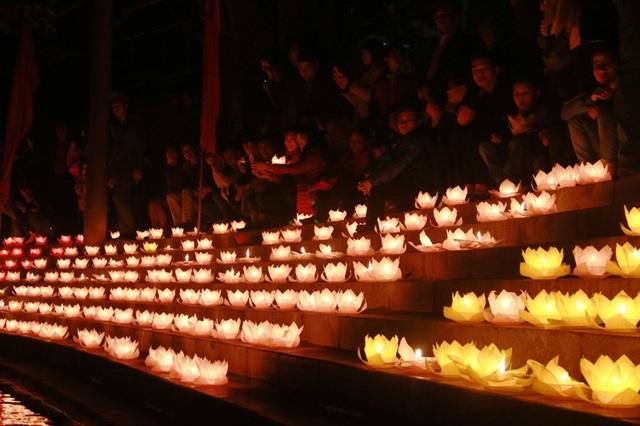 Bến thuyền Đình Các (Tam Cốc - Bích Động) rực sáng đèn hoa đăng trong đêm hội chào đón năm mới.