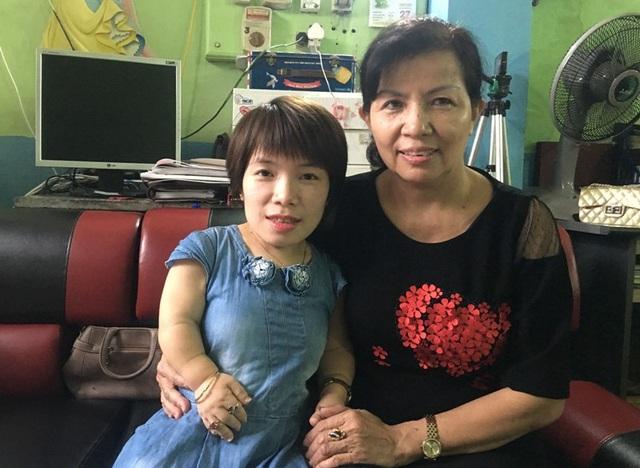 Không chỉ là người mẹ, cô Đinh Thị Hợp còn luôn là người bạn đồng hành cùng con mình