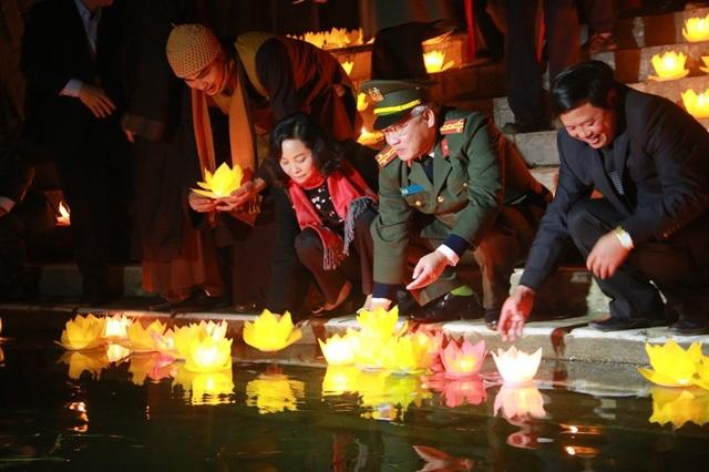 Bà Nguyễn Thị Thanh - Bí thư tỉnh Ninh Bình rước hoa đăng, sau đó cùng lãnh đạo tỉnh thả hoa đăng xuống dòng sông Ngô Đồng cầu quốc thái dân an.