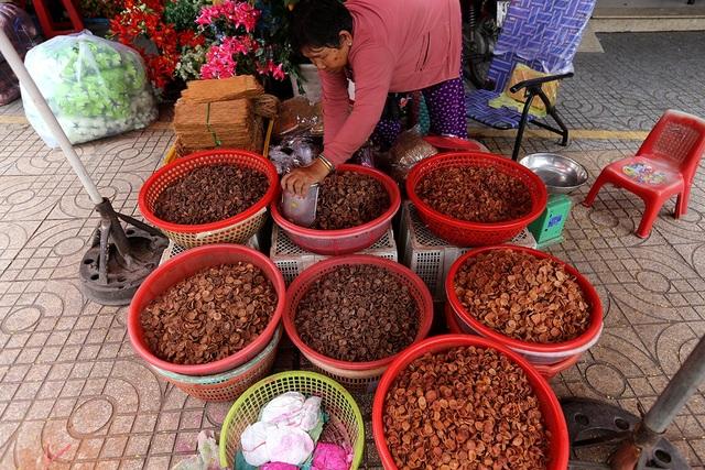 Chợ còn buôn bán cả trầu cau khô.