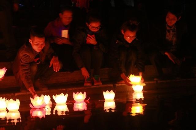 Người dân, du khách nô nức cùng nhau thả hoa đăng cầu bình an, may mắn cho năm mới; thắp sáng dòng sông Ngô Đồng, quảng bá để Tam Cốc - Bích Động ngày càng hút nhiều du khách trong và ngoài nước hơn nữa.