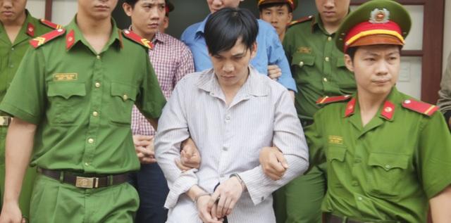 Cho rằng người bạn đồng nghiệp lấy trộm chiếc quần lót, Khương tìm đến quán nhậu tra hỏi, sau đó dùng kéo giết người.