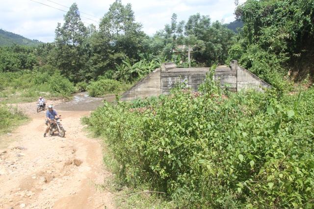 Người dân vẫn phải vượt suối bên cạnh cây cầu tiền tỷ bỏ hoang mà chưa thấy ai phải chịu trách nhiệm vì việc này