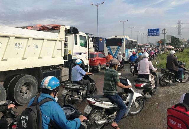 Nhiều người đi xe máy đã phải tìm đường thoát càng khiến giao thông qua khu vực hỗn loạn.