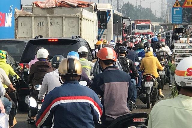 Kẹt xe suốt buổi sáng, giao thông cửa ngõ Sài Gòn hỗn loạn - 5