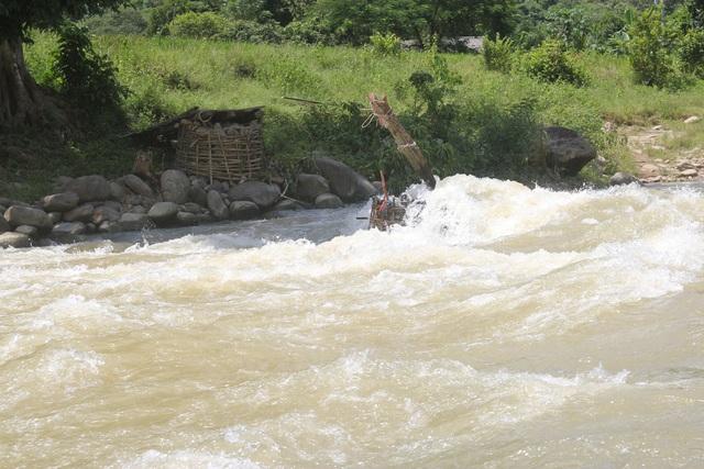 Nước suối dâng cao mà xoáy mạnh nên người dân cũng như học sinh không thể qua sông, cũng không thể đóng bè vượt sông, vì vậy học sinh phải nghỉ học ở nhà