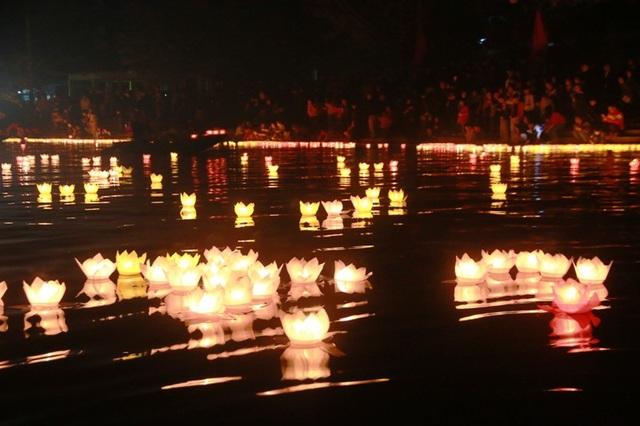Dòng sông Ngô Đồng sáng rực lung linh.