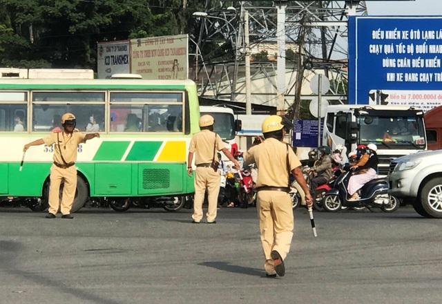 Nhiều lực lượng thuộc CSGT, Thanh niên xung phong...nỗ lực điều tiết, phân luồng giao thông để giải tỏa kẹt xe.