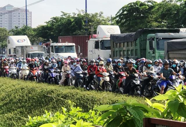 Kẹt xe suốt buổi sáng, giao thông cửa ngõ Sài Gòn hỗn loạn - 1
