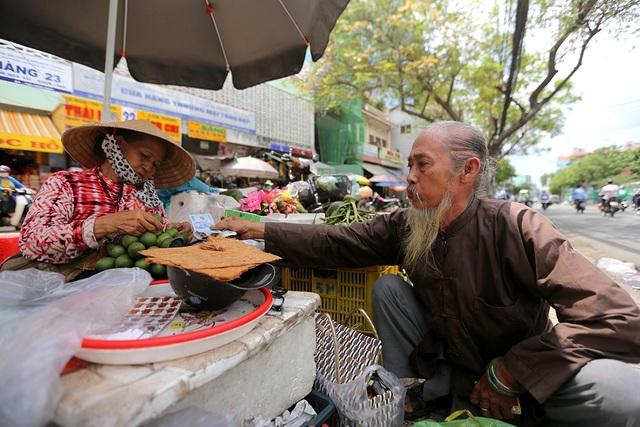 Ông Huỳnh Tuấn, 62 tuổi, ngụ quận 8 là một trong những người ăn trầu hiếm hoi ở Sài Gòn thường đến chợ để mua. Mỗi lần đi, ông Tuấn thường mua khoảng 10 kg để về ăn dần.