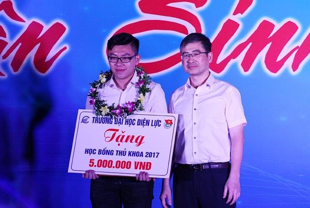 Thủ khoa đầu vào năm 2017 của trường Đại học Điện lực Cù Ngọc Đại nhận học bổng 5 triệu đồng.