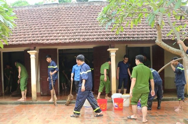 Đoàn viên thanh niên Cảnh sát PCCC Thanh Hóa giúp dân dọn dẹp nhà cửa sau khi lũ rút