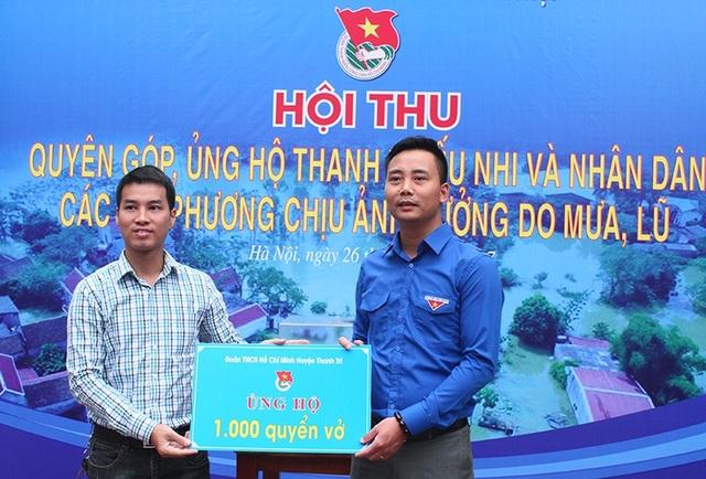 Anh Nguyễn Đức Tiến – Phó Bí thư Thành đoàn Hà Nội (bên phải) cùng các cán bộ, công nhân viên cơ quan Thành đoàn ủng hộ nhân dân vùng chịu lũ lụt.