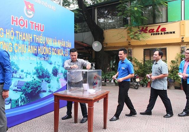 Các cán bộ, thanh thiếu niên Thành đoàn Hà Nội ủng hộ đồng vào vùng lũ lụt.
