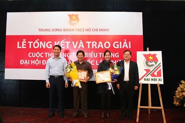 Ban tổ chức cuộc thi trao giải Nhì cho hai tác giả.