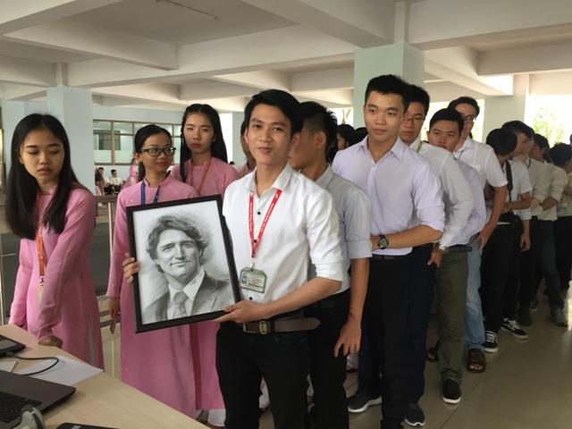 Nguyễn Tấn Hậu với bức tranh mình vẽ trước giờ gặp Thủ tướng Canada Justin Trudeau