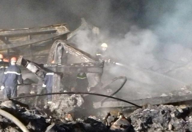 Các lực lượng chức năng nỗ lực tìm kiếm nạn nhân mắc kẹt trong đống đổ nát