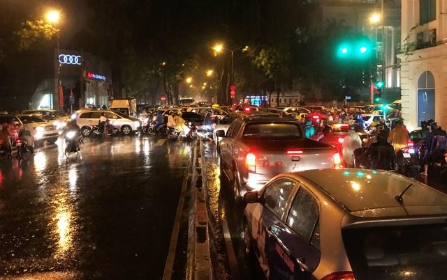 Đến hơn 19h tối 12/10, giao thông ở nhiều khu vực trung tâm TPHCM vẫn còn diễn biến phức tạp.