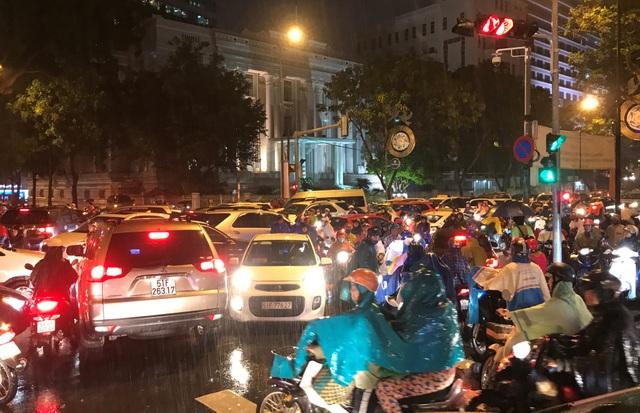 Bất chấp giao lộ có đèn tín hiệu hoạt động, xe cộ vẫn chạy loạn xạ gây cảnh hỗn loạn.