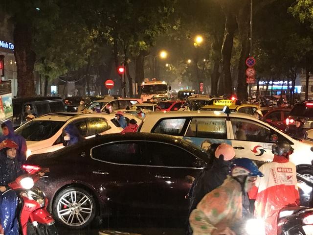 Giao thông hỗn loạn tại giao lộ Tôn Đức Thắng - Lê Duẩn - Đinh Tiên Hoàng.