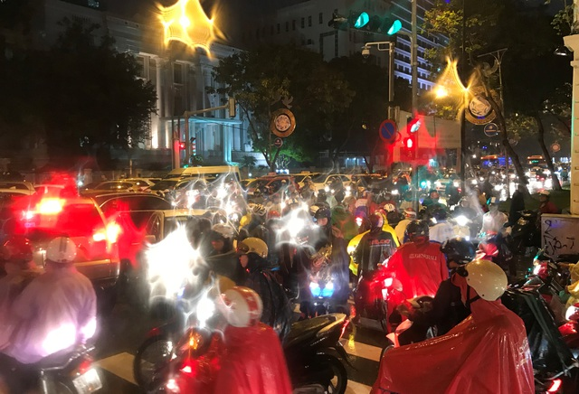 Dù tại các giao lộ ở trung tâm TP.HCM đều có đèn tín hiệu, tuy nhiên nhiều người vẫn không tuân thủ đã dẫn đến tình trạng ùn ứ nghiêm trọng.
