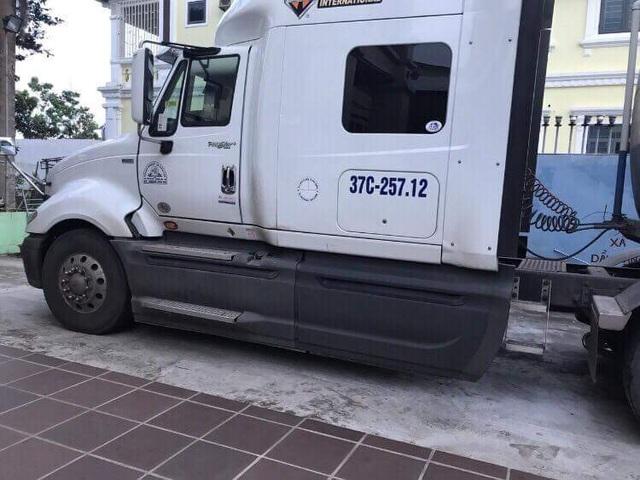 Ban chuyên án kiểm tra và tạm giữ xe bồn chứa 40.000 lít dung môi