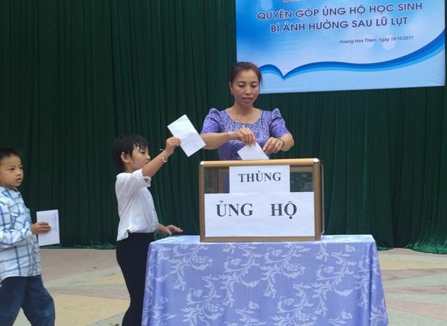 Trường Tiểu học Hoàng Hoa Thám (phường Lam Sơn, thành phố Thanh Hóa) phát động ủng hộ học sinh bị ảnh hưởng lũ lụt.