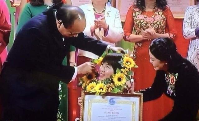 Chị vinh dự được Thủ tướng Chính phủ Nguyễn Xuân Phúc trao bằng khen trong chương trình Tự hào phụ nữ Việt Nam - Ảnh: NVCC