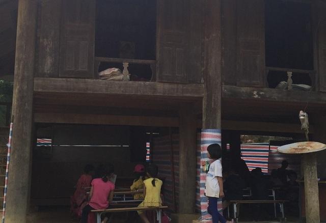 Điểm trường bị hư hỏng, không còn sử dụng được, từ ngày 16/10, Phòng GD-ĐT huyện Thường Xuân đã quyết định chuyển các em học sinh vào học nhờ dưới gầm nhà sàn của gia đình bà Vi Thị Tâm.
