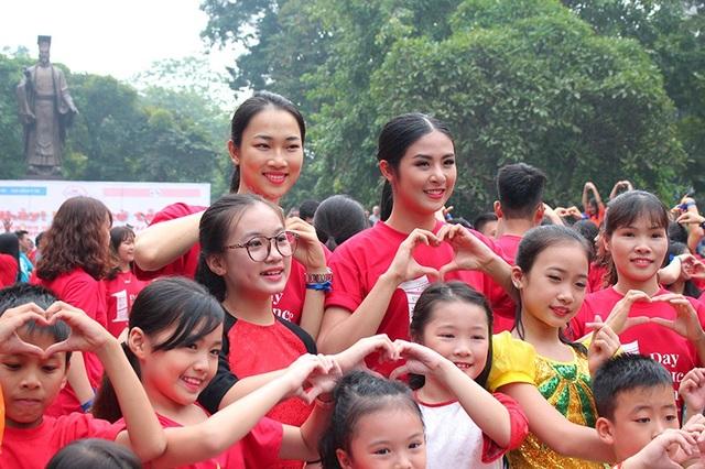 Hoa hậu Ngọc Hân cùng với các bạn trẻ nhảy phát động chương trình