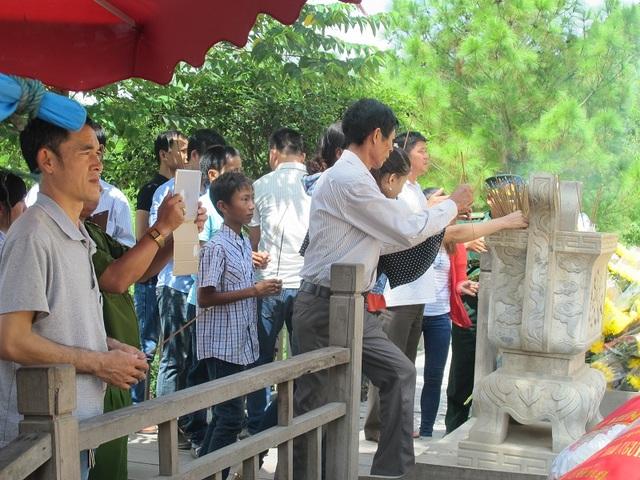 Vào các ngày lễ tết, rất đông người dân đã về với Vũng Chùa - Đảo Yến để dâng hương tưởng nhớ Đại tướng Võ Nguyên Giáp