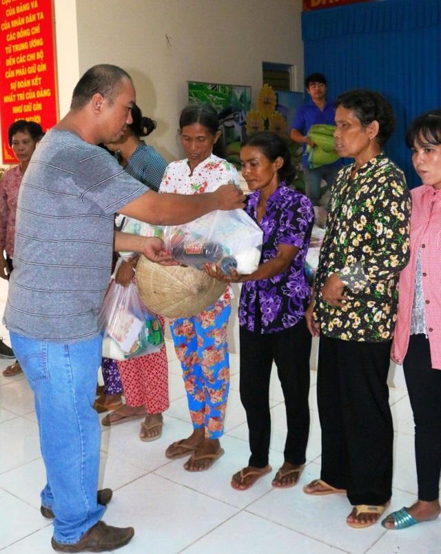 Anh Nguyễn Thành Phương – Chủ quầy hàng miễn phí cho người nghèo trao quà cho bà con Khmer ở Trà Vinh