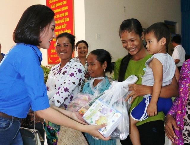 Hoa hậu Đại dương 2014 Đặng Thu Thảo trao quà cho bà con Khmer nghèo ở Trà Vinh vào tối 3/11