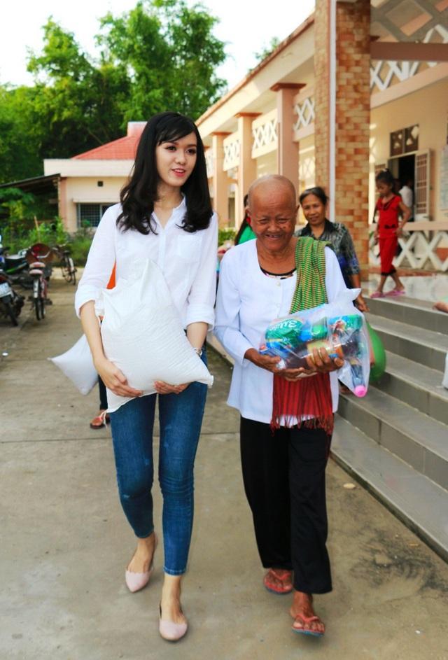Á khôi Nam bộ 2017 Đỗ Ngọc Vĩnh Nghi chia sẻ rất vui khi được tặng các phần quà cho bà con Khmer nghèo trong dịp Lễ Ooc Om Bóc