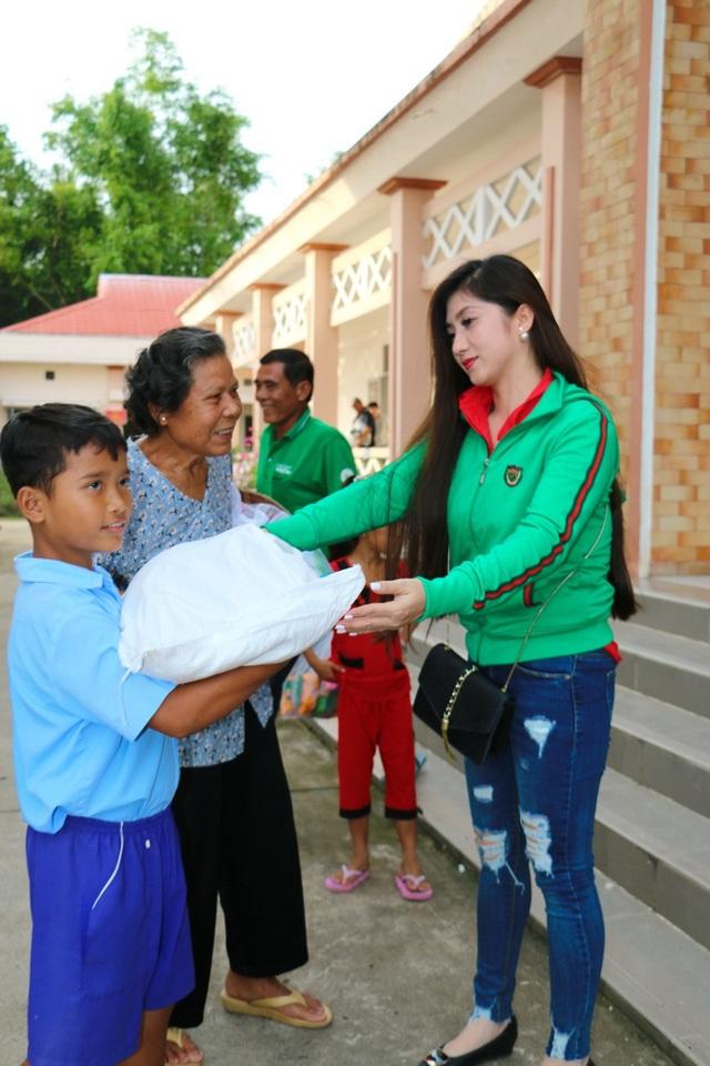 Hoa hậu Đại Dương và Á khôi Nam bộ trao quà cho bà con Khmer nghèo - 5