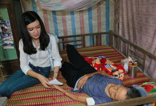 Á khôi Nam bộ 2017 Đỗ Ngọc Vĩnh Nghi cùng đoàn đến thăm tặng quà cho những trường hợp bà con nghèo bệnh tật