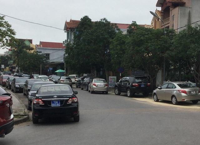 Những chiếc xe ô tô mang biển xanh đậu trước Trung tâm tiệc cưới